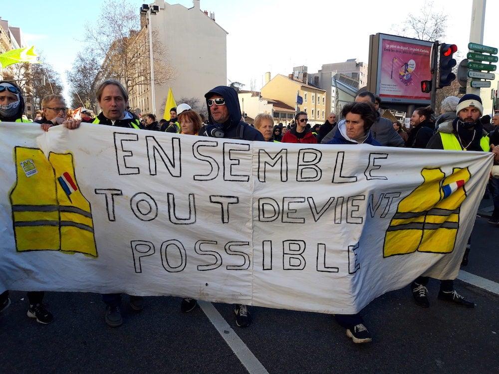 """Des """"gilets jaunes"""" de l'Ain en tête du cortège de tête le 9 janvier, lors d'une des manifs contre la réforme des retraites à Lyon"""
