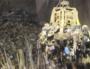 Après le déchargement dans la fosse de l'incinérateur par les camions de collecte, le grapin introduit les déchets dans le four. ©Zéro Waste France