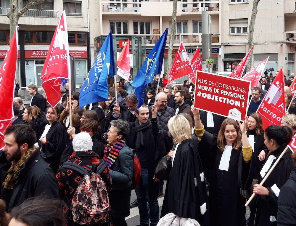 Le cortège des avocats lyonnais dans la manifestation du 17 décembre à Lyon contre la réforme des retraites. ©LB/Rue89Lyon