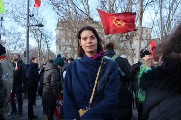 Portrait d'une manifestante lors de la manifestation aux flambeaux