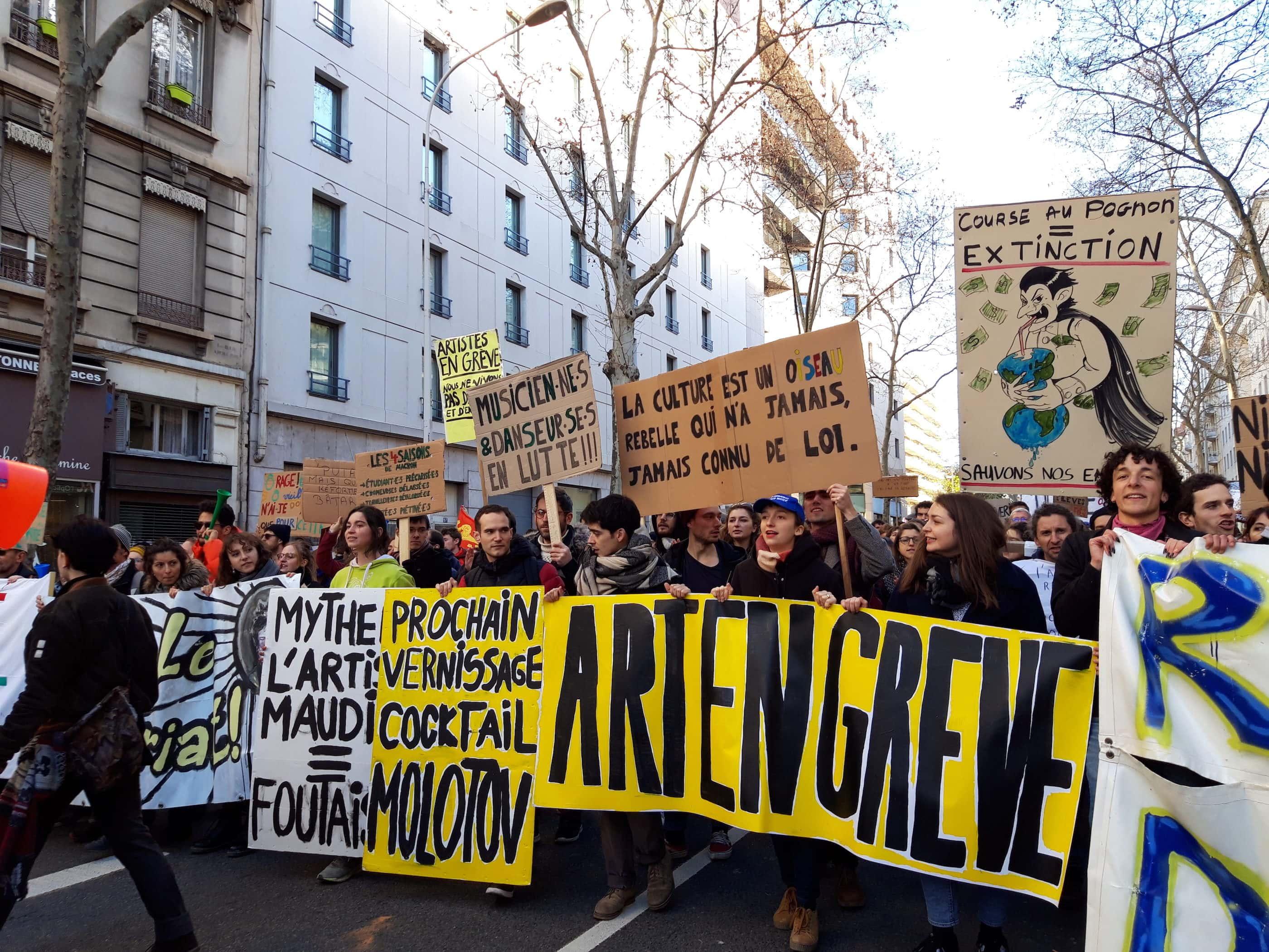 """Le cortège """"culture"""" avec la banderole """"art en grève"""" lors de la manifestation interprofessionnelle contre la réforme des retraites du 9 janvier. ©LB/Rue89Lyon"""