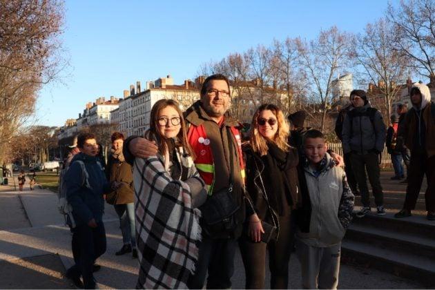 portrait quatre manifestants lors de la manifestation aux flambeaux