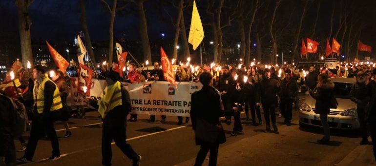 La manifestation aux flambeaux : «un autre moyen de continuer la lutte contre la réforme des retraites»