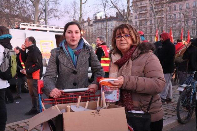Deux femmes vendent des torches pour la manifestation aux flambeaux