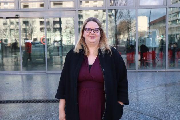 Photo de la candidate Fanny Dubot devant l'hôtel de région