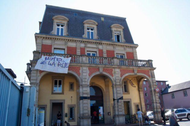 L'Hôtel de la rue, un squat ouvert au coeur de l'été dans un bâtiment acquis par la municipalité de Strasbourg, mais inoccupé. Environ 250 personnes y dorment. Le lieu fait l'objet d'une procédure d'expulsion dont l'audience a été repoussée deux fois.