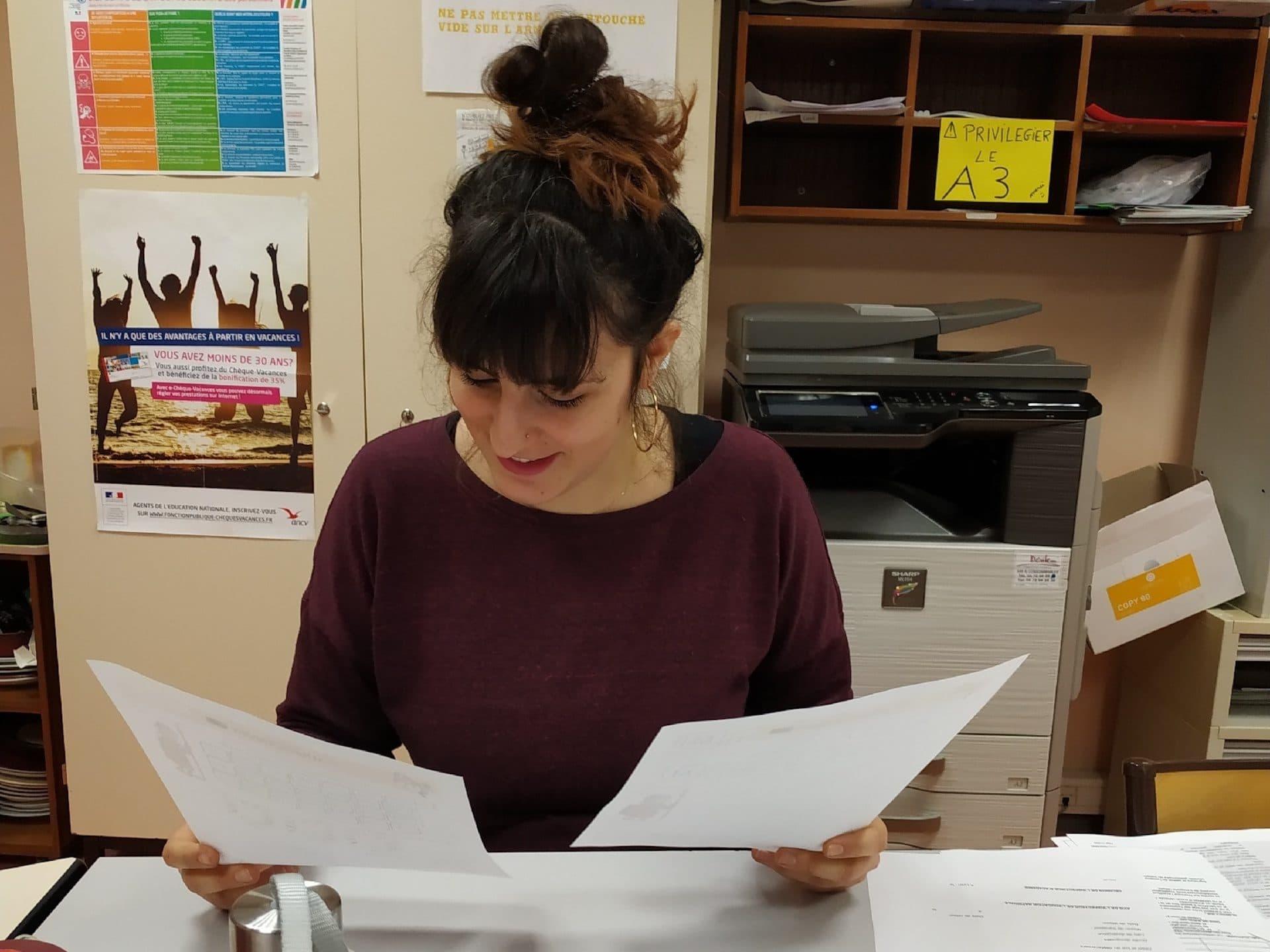 Emma, institutrice de l'école Alix, livre des paniers repas aux familles sans-abris. ©DR