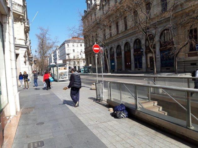 Le jeudi 19 mars, jour 3 du confinement à Lyon. Beaucoup de structures pour apporter de l'aide d'urgence était fermées ©LB/Rue89Lyon. Une personne sans-abri devant la Grande pharmacie lyonnaise, rue de la République