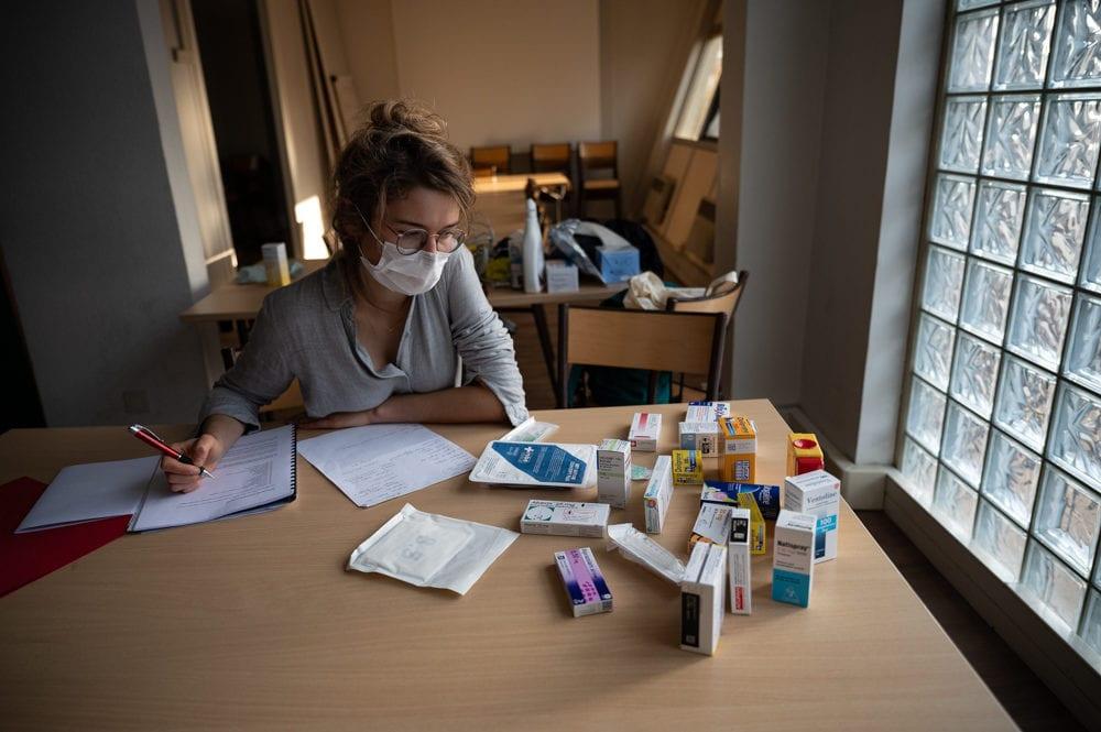 Une jeune médecin remplaçante prépare sa trousse pour SOS Médecins. Bastien Doudaine