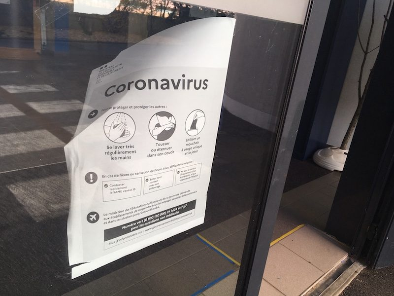 Une affiche d'information sur le Coronavirus, scotchée sur la porte d'une école fermée. ©Rue89Lyon