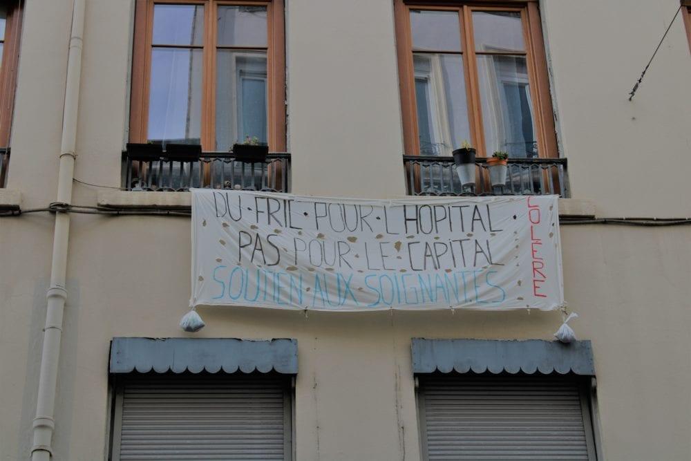 """Banderole """"Du fric pour l'hôpital, pas pour le capital"""". Guillotière. © AM"""