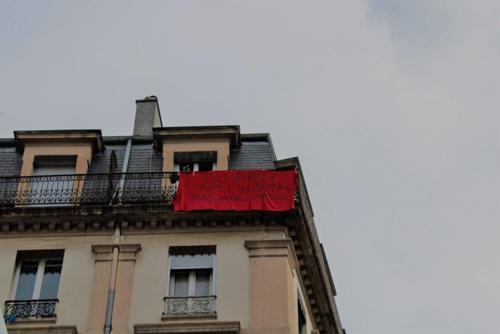 """Banderole """"Du fric pour l'hôpital, pas pour le capital"""". Quartier Jean Macé. © AM"""