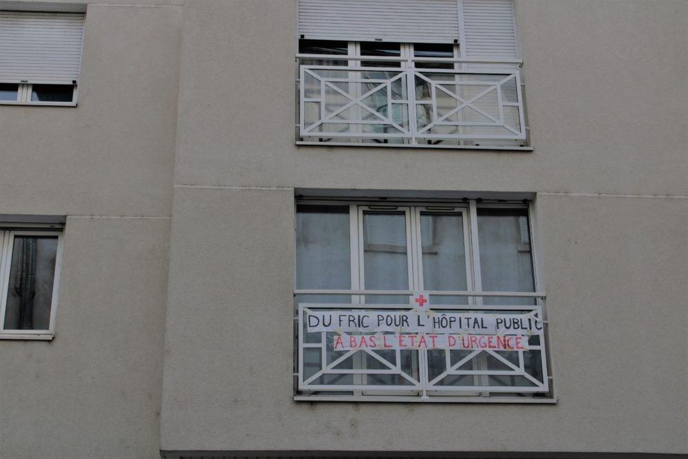 """Banderole """"Du fric pour l'hôpital public, à bas l'état d'urgence"""". 3e arrondissement. © AM"""