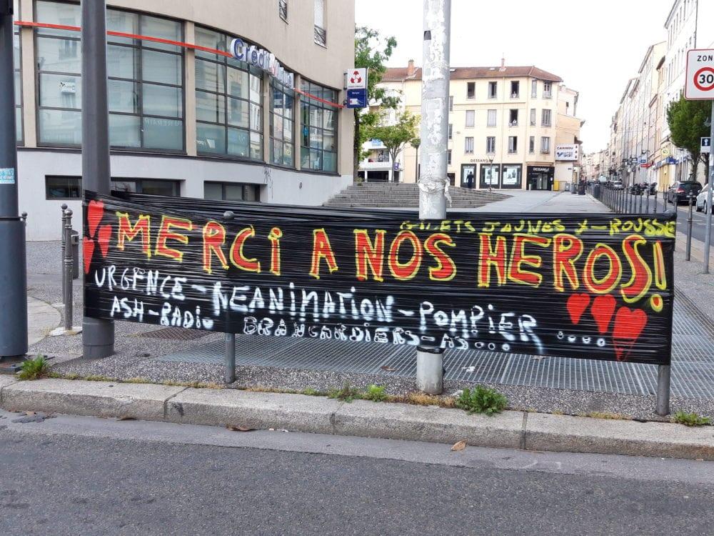 """Banderole """"Merci à nos héros"""". Croix Rousse."""