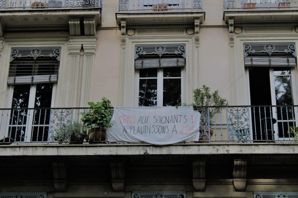 """Banderole """"Merci aux soignants ! Applaudissons à 20h"""". Quais de Rhône."""