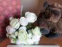 Sur le bureau, un fond personnalisé pour chaque classe : une peluche bison et un bouquet de fleurs pour les 6e. Photo envoyée par l'enseignante.