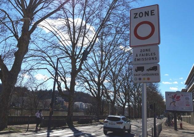 Panneau d'entrée de la Zone à faibles émissions (ZFE), quai Paul Sédaillan dans le 9ème arrondissement de Lyon. ©LB/Rue89Lyon