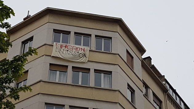 "Banderole ""Macron Démission""."