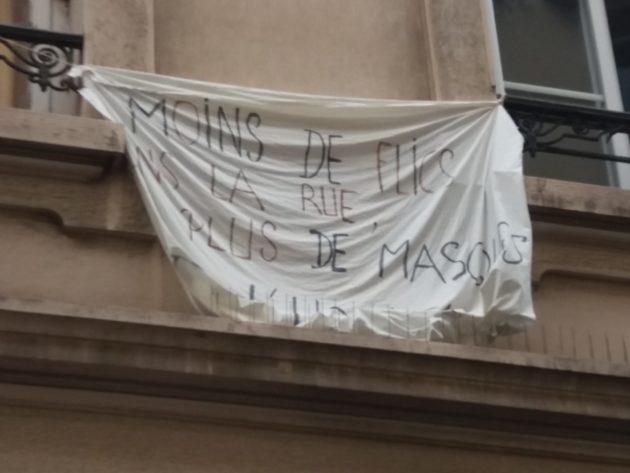 """""""Moins de flics dans la rue, plus de masques"""""""