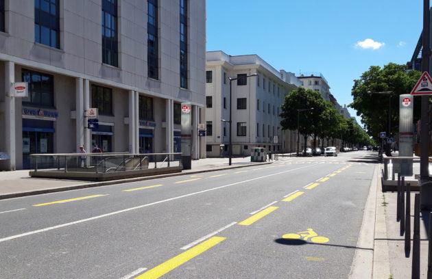 Piste cyclable provisoire avenue Jean Jaurès à Gerland, Lyon 7ème. ©LB/Rue89Lyon