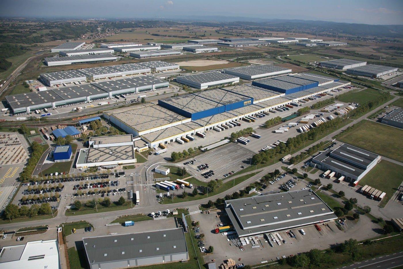 Le Parc International de Chesnes, à Saint-Quentin-Fallavier (Isère), est la première zone logistique de France et sans doute du sud de l'Europe. Ce sont aujourd'hui plus de 75 % des marchandises alimentaires qui transitent par des entrepôts nationaux ou régionaux. Source : Ritzenthaler A. (2016) Les circuits de distribution des produits alimentaires. Avis du CESE. Crédits : © CAPI — ULM38.