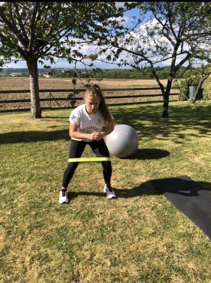 La handballeuse Lola Berrais joue de son imagination pour garder la forme pendant le confinement.