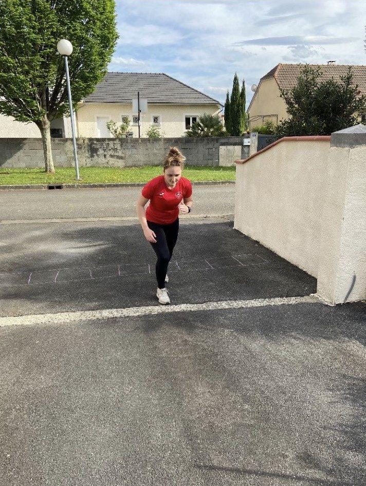 La handballeuse Léa Fargues maintient comme elle peut son entraînement à la maison malgré le confinement.