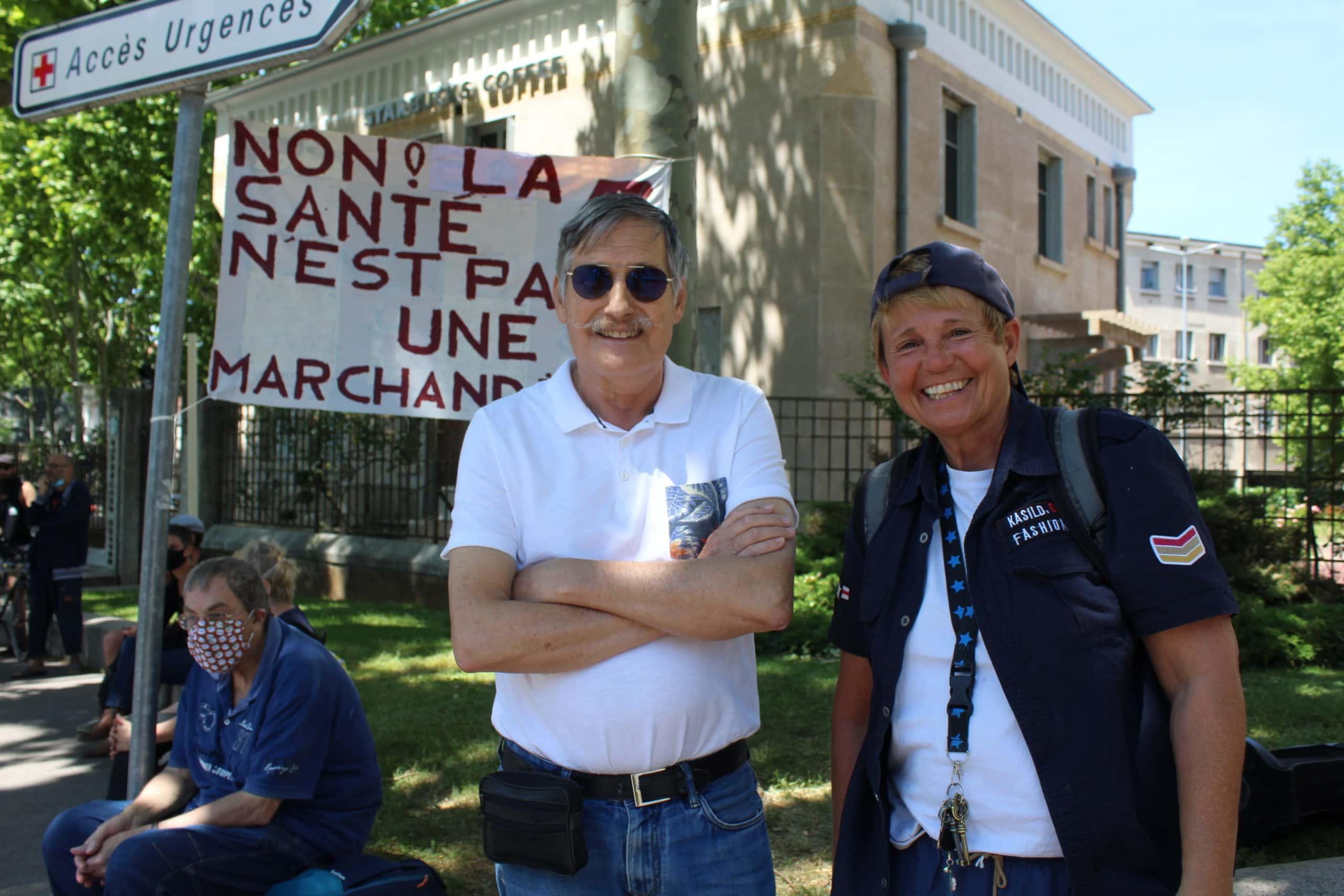 Brigitte et Jacques manifestaient pour soutenir le personnel hospitalier et avec eux, l'hôpital publique.<br /> © Canelle Corbel/ Rue89 Lyon
