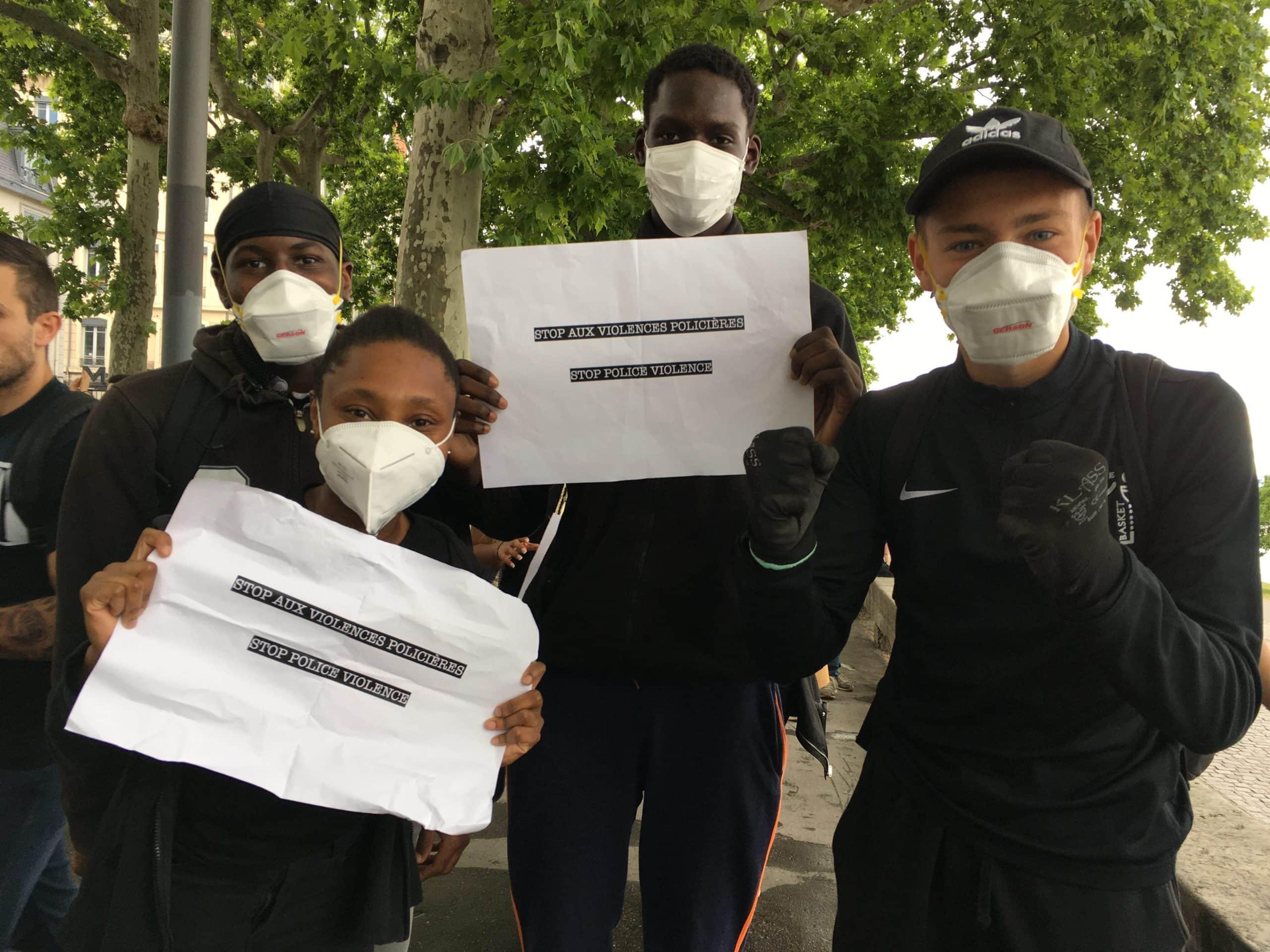 Djabarati et ses amis, vêtus de noir pour rendre hommage aux victimes des violences policières. ©AB/Rue89Lyon