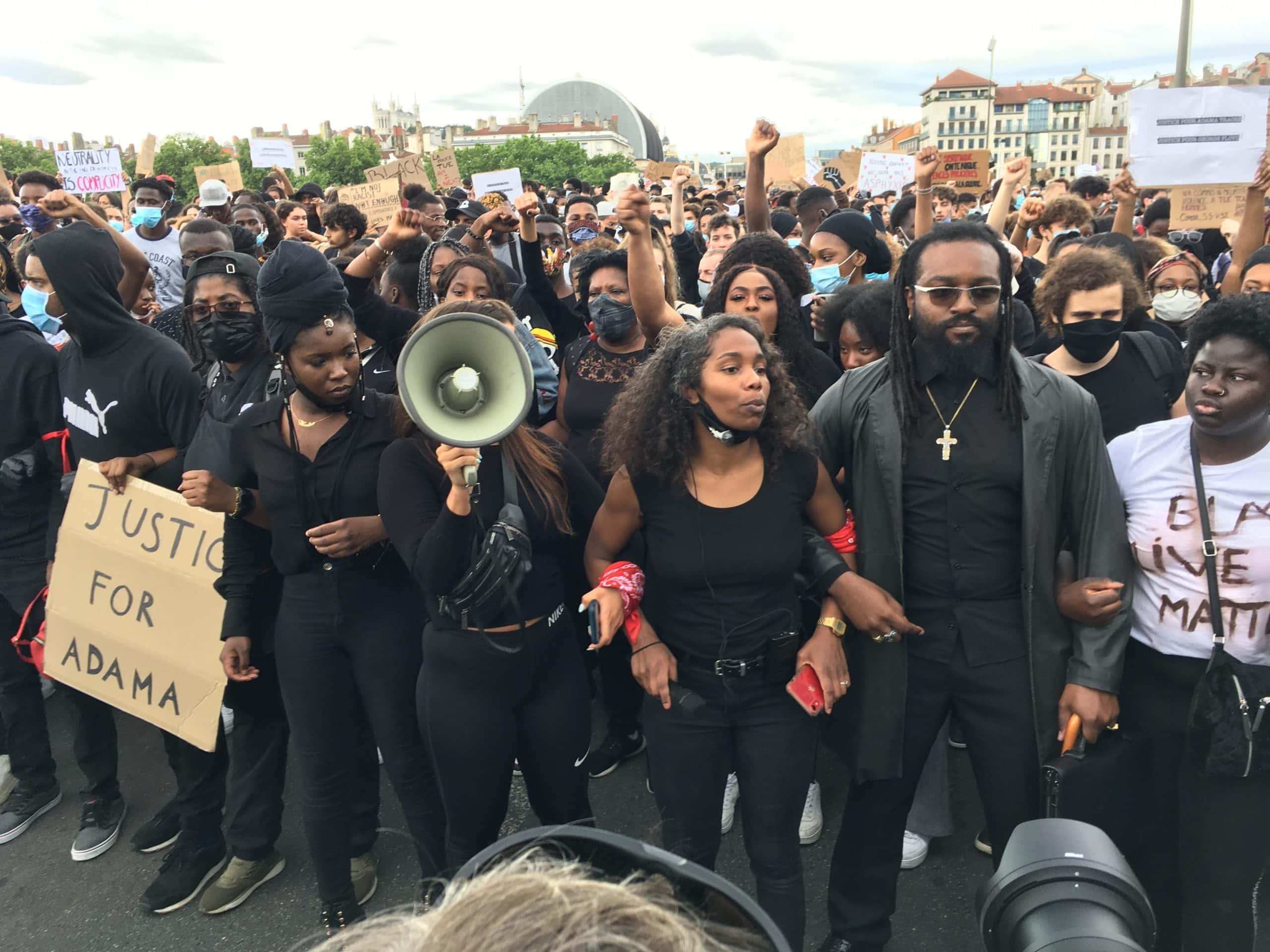 Melynda, au centre de la photo, lors de la marche du 6 juin à Lyon contre les violences policières et le racisme. ©AB/Rue89Lyon