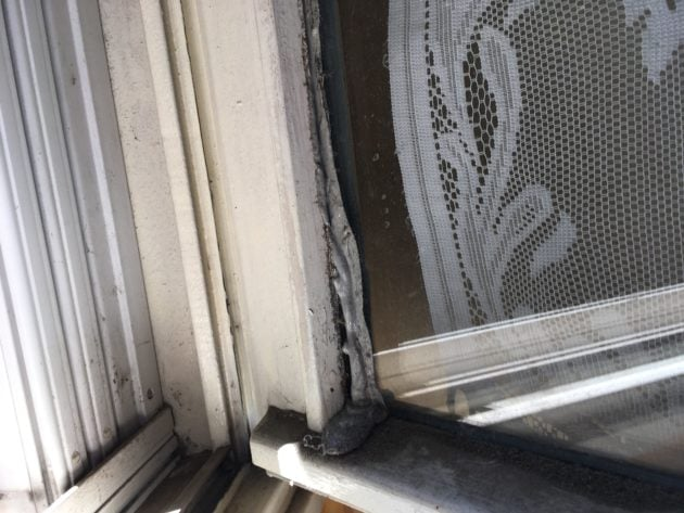 Joint d'une fenêtre dont la colle a coulé