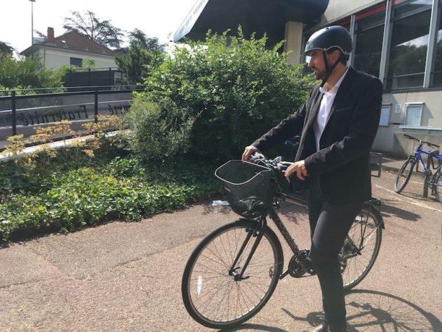 Grégory Doucet est le favori de ces élections municipales à Lyon. L'écologiste est venu voter en vélo ce dimanche 28 juin. ©AB/Rue89Lyon