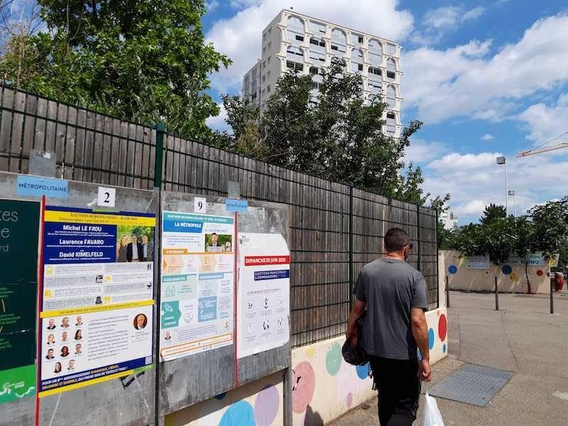 Devant l'école Jean Giono, rue Stéphane Coignet (8ème arrondissement) qui abrite le bureau de vote 825). Au fond, une des tours du quartier Paul Santy. ©LB/Rue89Lyon