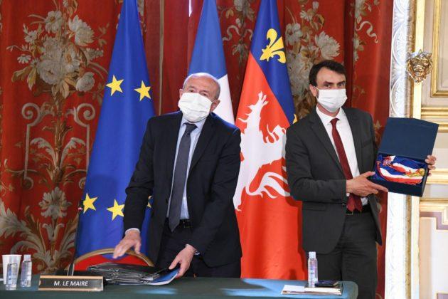 L'ancien maire et doyen des conseillers municipaux Gérard Collomb transmet à Grégory Doucet, nouvellement élu, l'écharpe de maire de Lyon. Samedi 4 juillet. Photo : Muriel Chaulet/Ville de Lyon