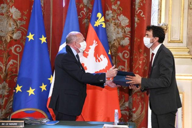 Gérard Collomb remet l'écharpe du maire à Grégory Doucet