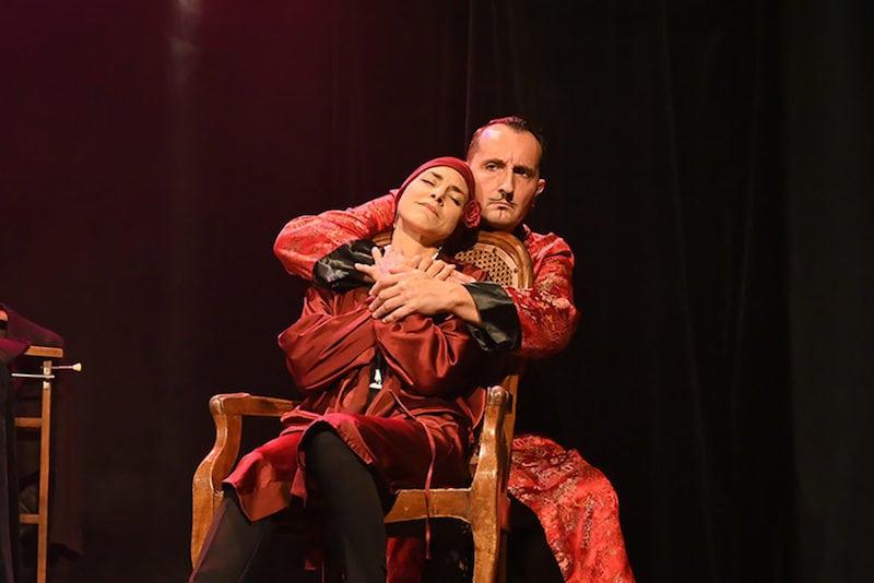 Ivan Gouillon et Selena Gomez jouent Igor de la Cuesta et Sarah Bernhardt à la Comédie Odéon.