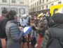 Place Bellecour, des occupants du squat Maurice Scève ont rendez-vous avec un employé de la Métropole (celui avec l'ordinateur) pour être dirigé vers un hôtel ©GB/Rue89Lyon