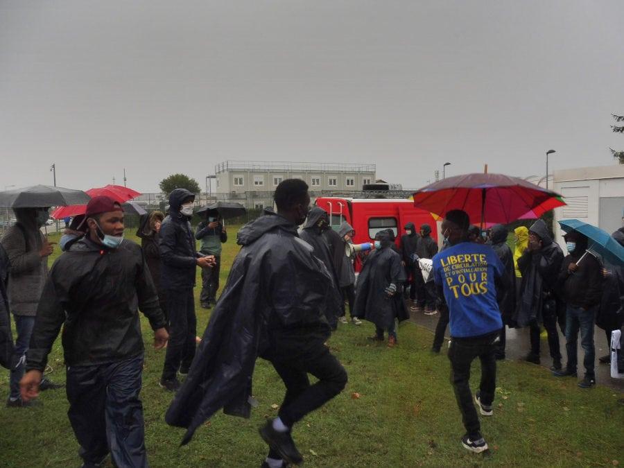 Après avoir marché toute la journée sous la pluie, certains marcheurs grenoblois continuaient de danser au rythme de djembés devant le CRA de Lyon. ©AD/Rue89Lyon.