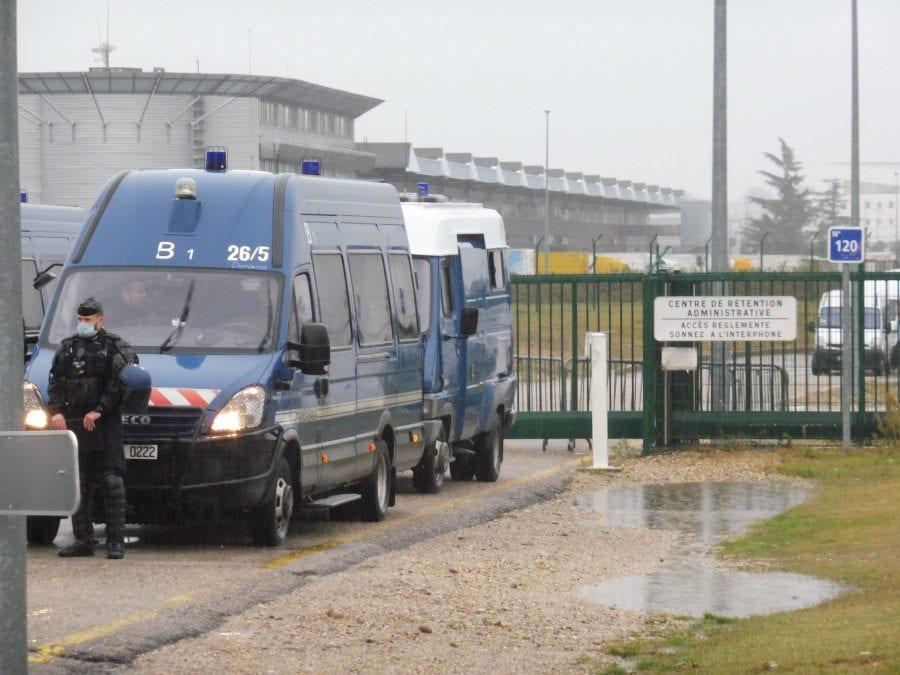 Bien que le rassemblement se soit déroulé sans heurts, un dispositif policier important protégeait l'accès du CRA. ©AD/Rue89Lyon.