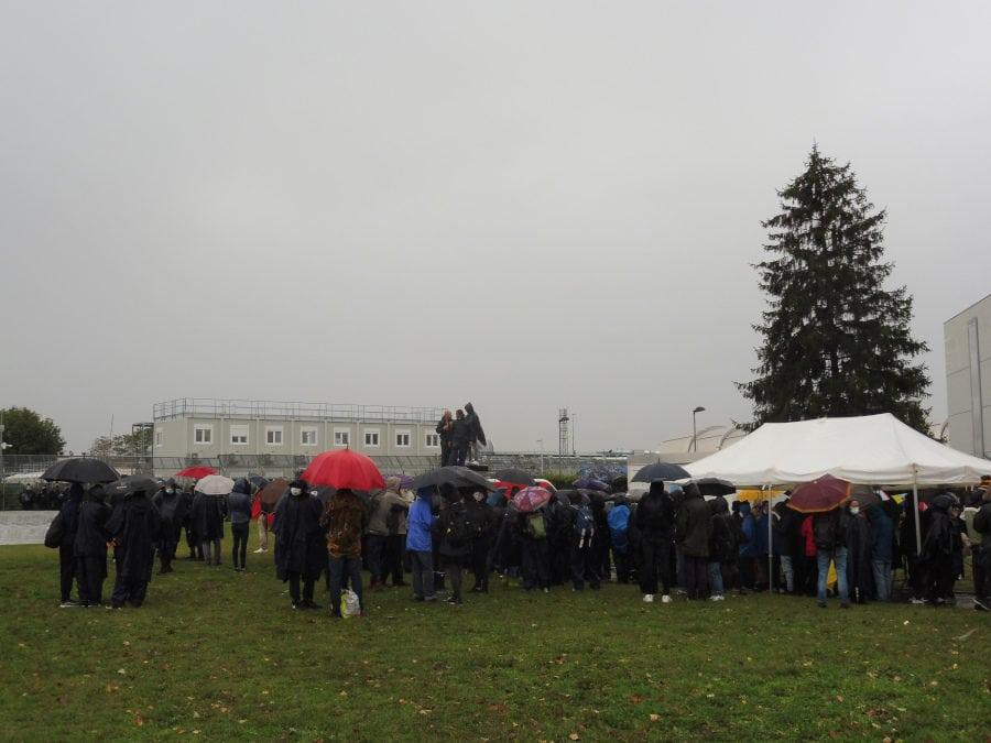Rassemblement devant le Centre de rétention administrative (CRA) de Lyon Saint-Exupéry le vendredi 2 octobre 2020. ©AD/Rue89Lyon.