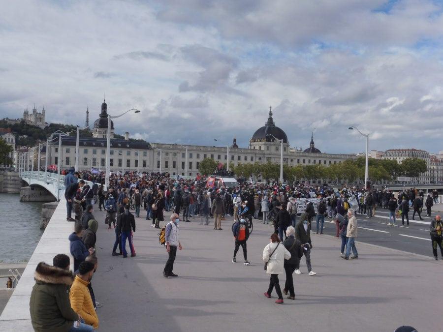 La manifestation pour la régularisation des sans-papiers sur le pont de la Guillotière, à Lyon le 3 octobre 2020. ©Rue89Lyon/AD.