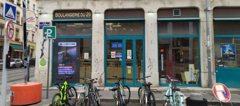 A Lyon, les panneaux publicitaires vidéos se multiplient dans les vitrines