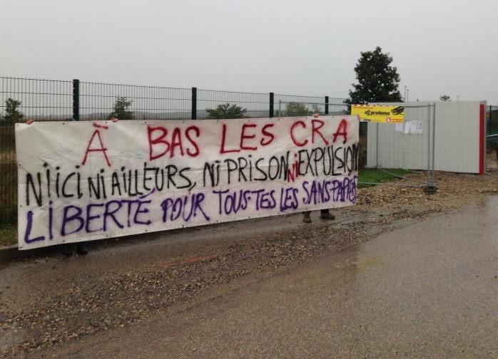 La banderole déployée devant le chantier du nouveau Centre de rétention (CRA) de Lyon Saint-Exupéry.