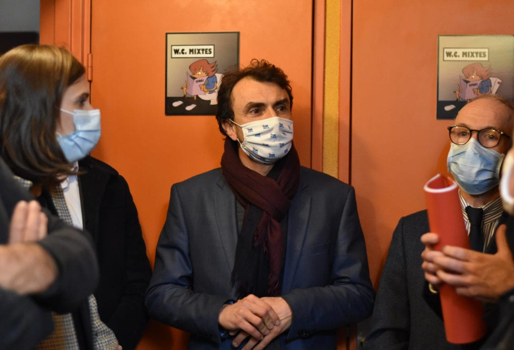 Le maire de Lyon Grégory Doucet (au centre) et le préfet Pascal Maillhos en compagnie de l'adjointe aux affaires sociales Sandrine Runel lors de la visite de l'auberge de jeunesse de Lyon (5ème arr.) transformée en hébergement d'urgence. ©LS/Rue89Lyon