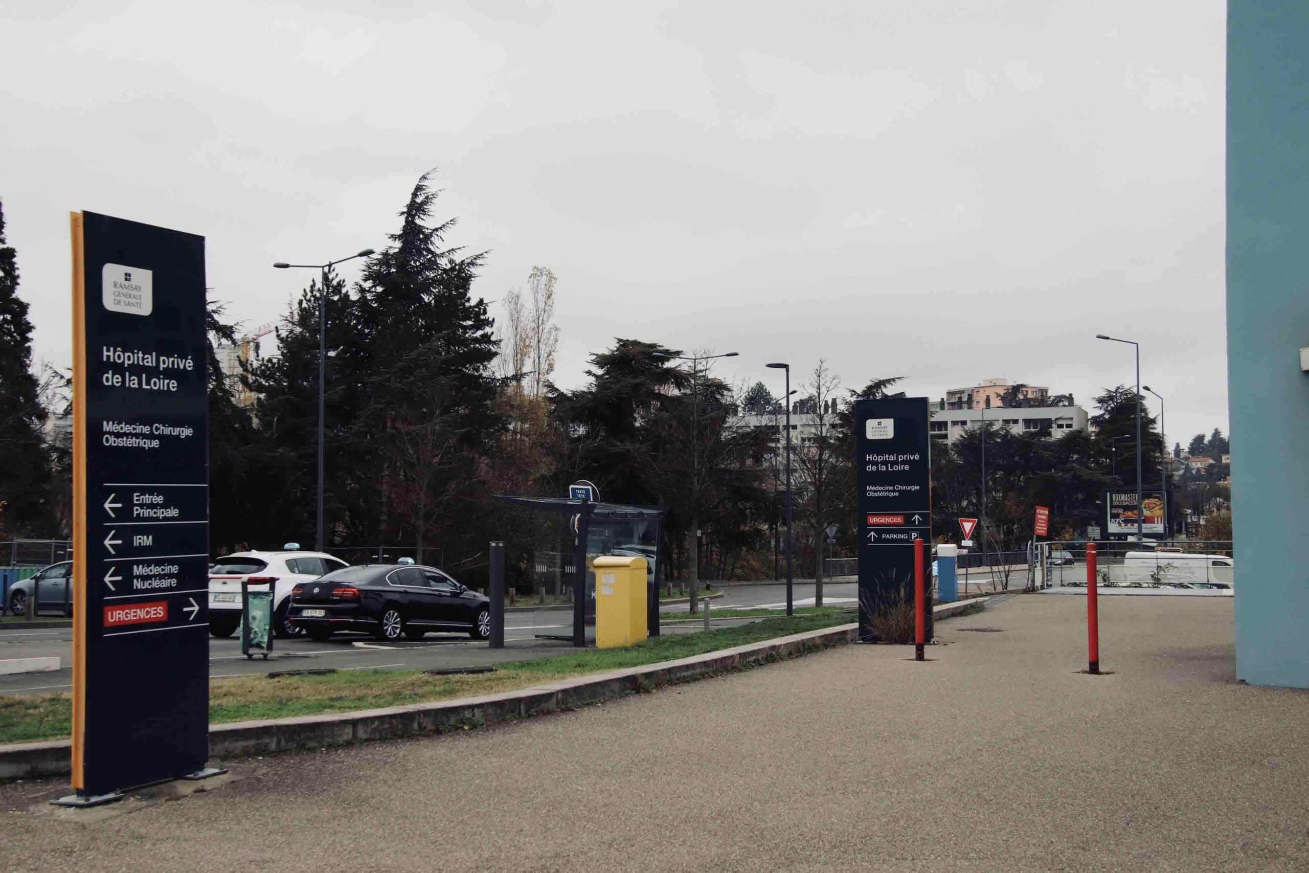 Taxi devant l'hôpital privé de la Loire à Saint-Etienne pendant le confinement automne 2020