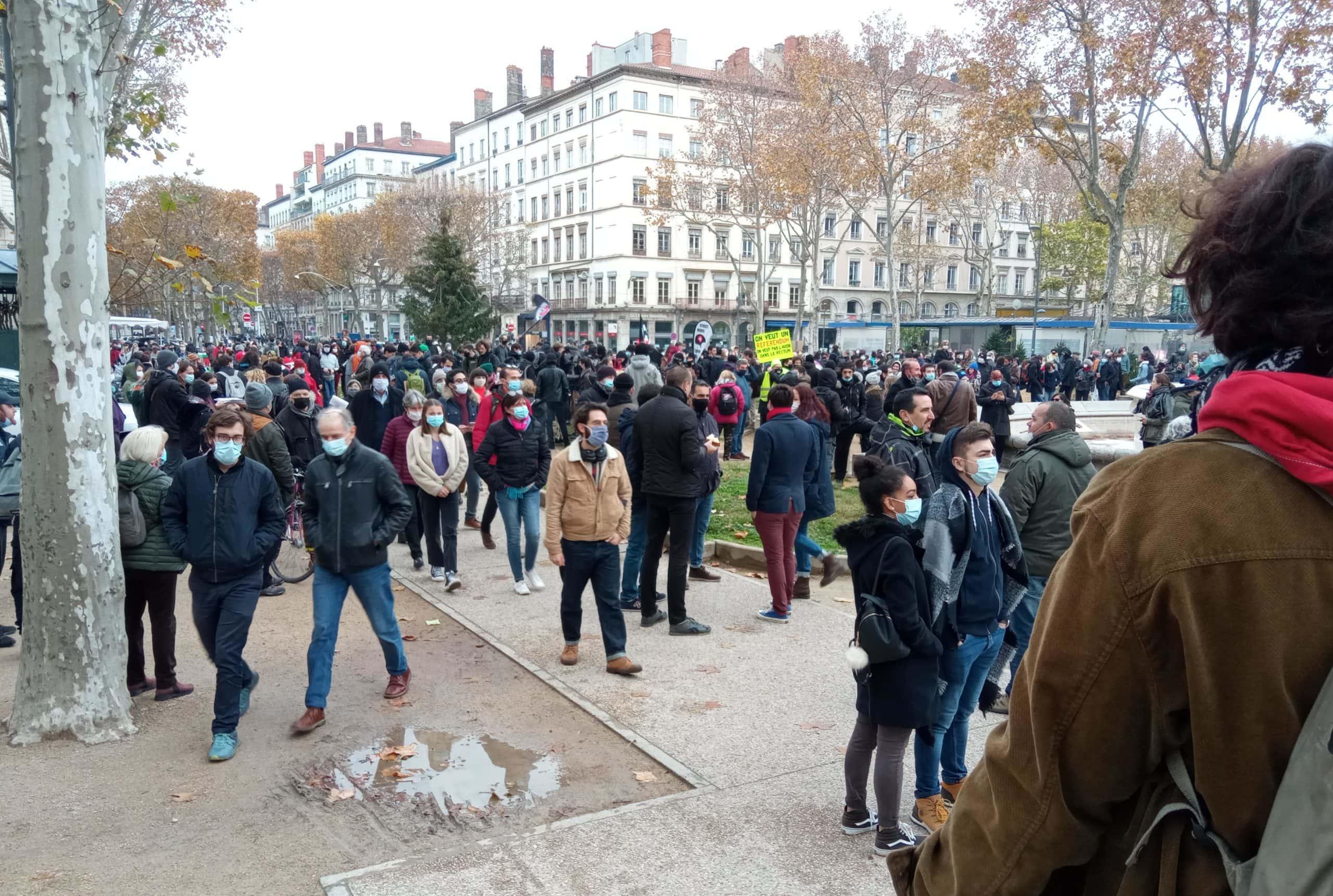"""Les manifestants rassemblés contre la loi """"sécurité globale"""" peu avant le départ du cortège le samedi 5 décembre. ©CR/Rue89Lyon"""