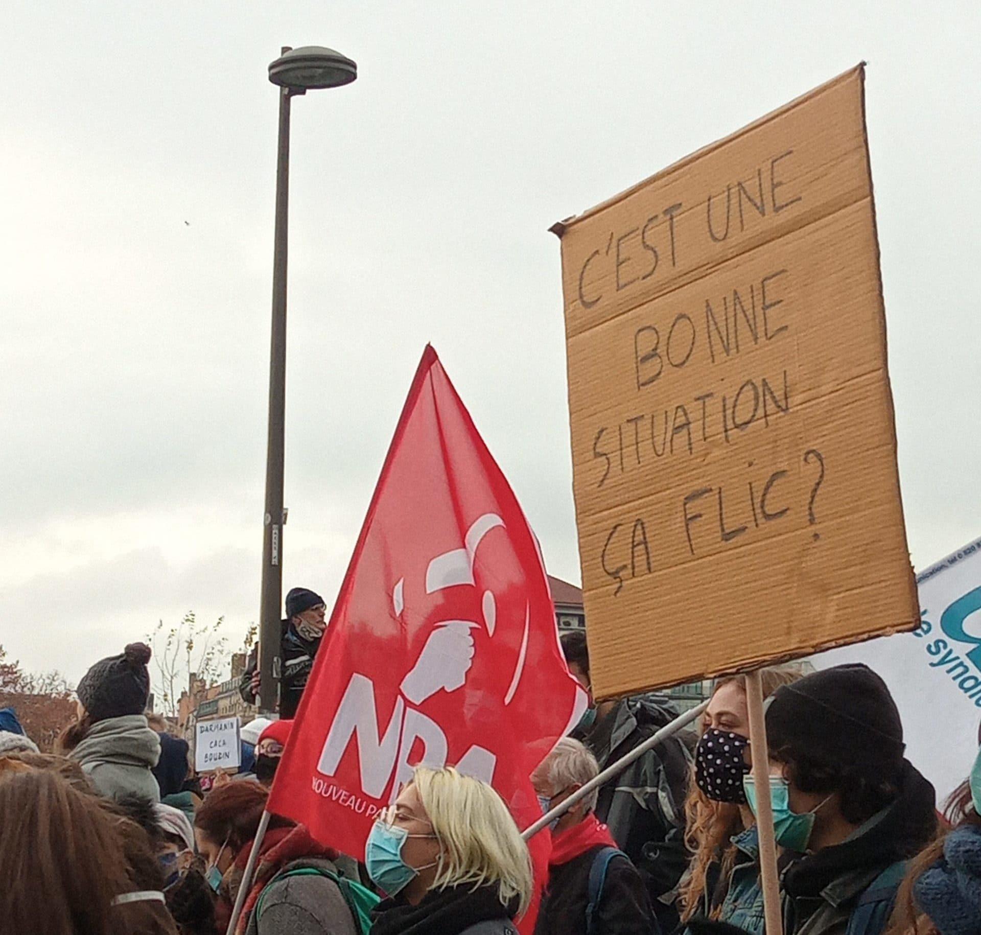 Les manifestants affichent des slogans avec des références multiples. Ici, « C'est une bonne situation, ça, flic ? » en référence au film Astérix : Mission Cléopâtre. ©CR/Rue89lyon
