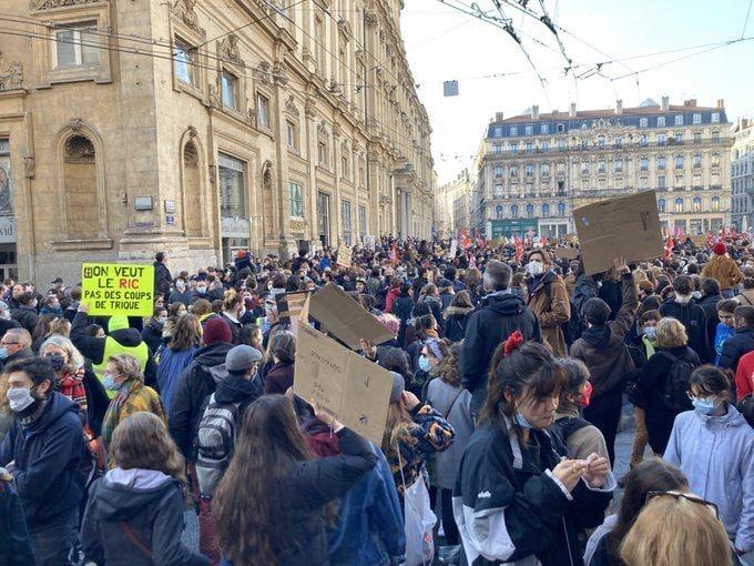 """La place des Terreaux noire de monde le samedi 28 novembre pour la première manif contre la loi """"sécurité globale"""" à Lyon. ©DD/Rue89Lyon.fr"""