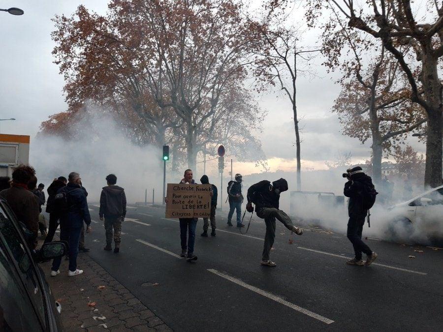 """Une grande confusion a régné sur les quais du Rhône pour ce 3ème samedi de mobilisation contre la loi """"sécurité globale"""" à Lyon. ©LB/Rue89Lyon"""