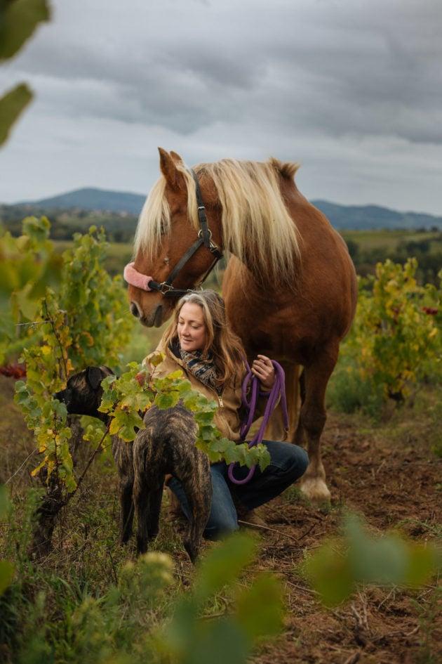 Nathalie Banes, vigneronne d'Oingt avec son cheval. ©Matthieu Perret